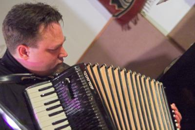 Rent Romus, accordian